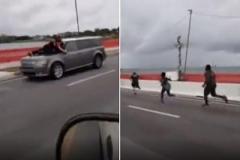 سرسختترین معترض آمریکایی سوار بر کاپوت خودرو در حال حرکت